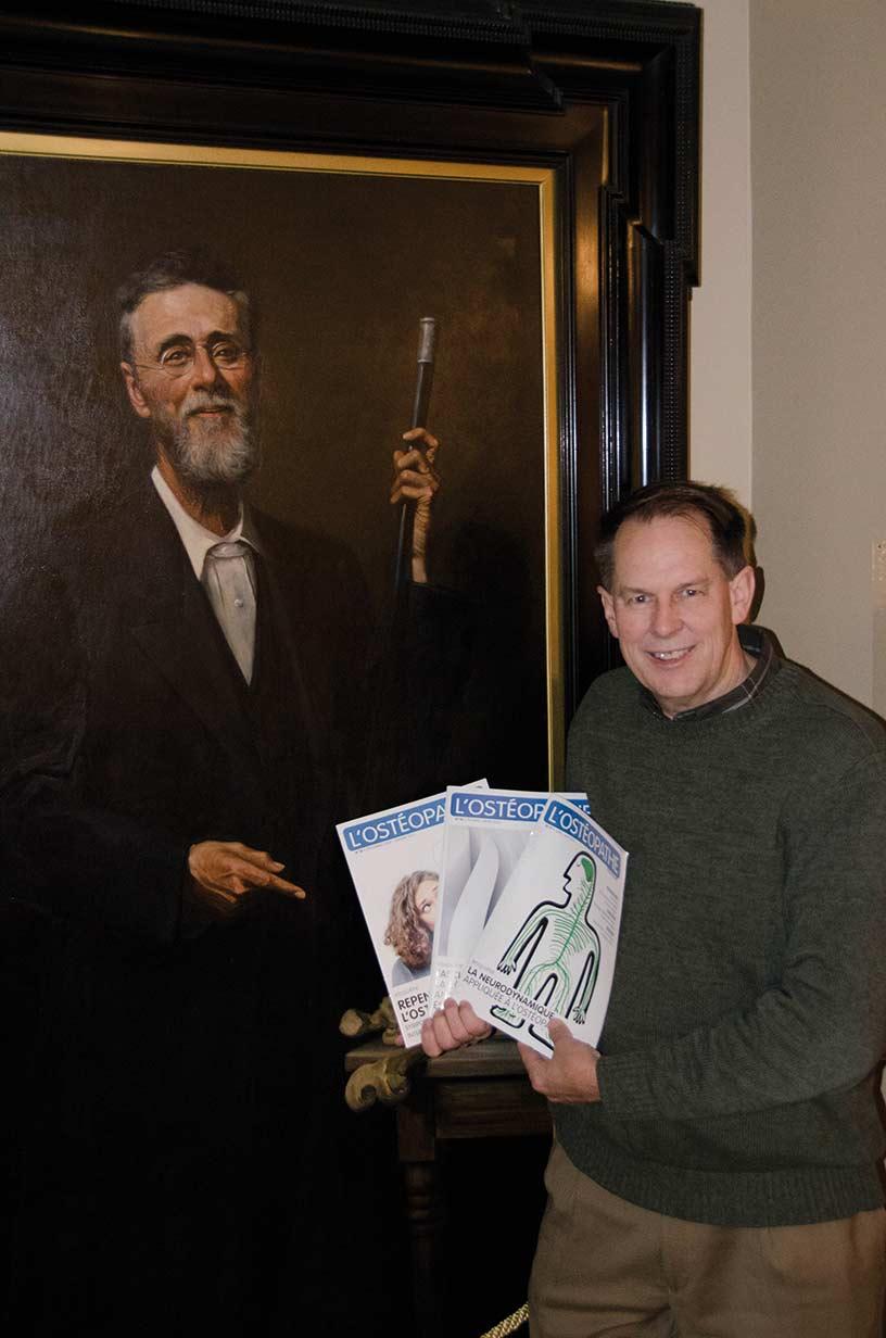 Jason Haxton tenant l'ostéomag à l'école d'ostéopathie de Kirksville (Etats-Unis)