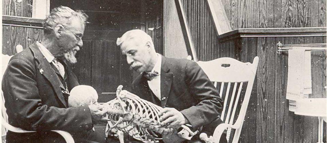Andrew Taylor Still manipulant un squelette